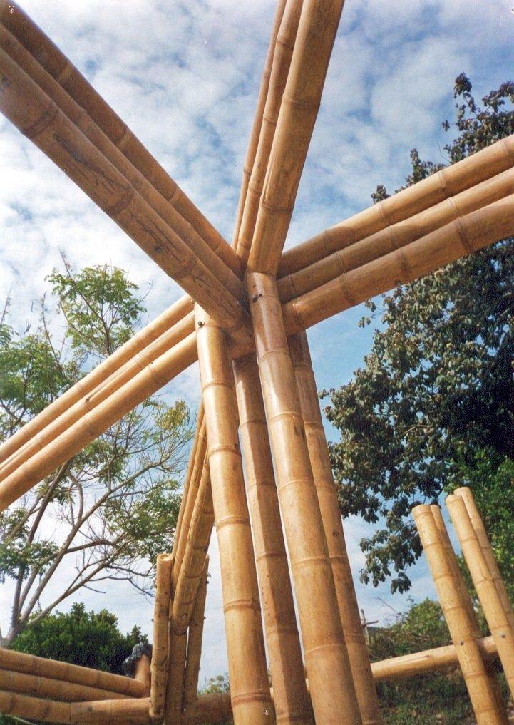 Kiosco dachi déi <nuestra casa>. Detalle de unión de columnas y vigas. Tocotá, Dagua - Valle del Cauca. 2003
