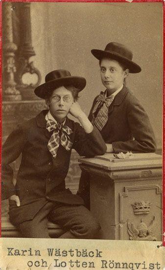 """""""Karin Wästbäck [Carin Wästberg] föreståndarinna för Handarbetets vänner. Dotter till författarinnan """"Anna A"""" samt Lotten Rönqvist"""". Fotograf: Waldemar Dahllöf, ca 1890-1910"""