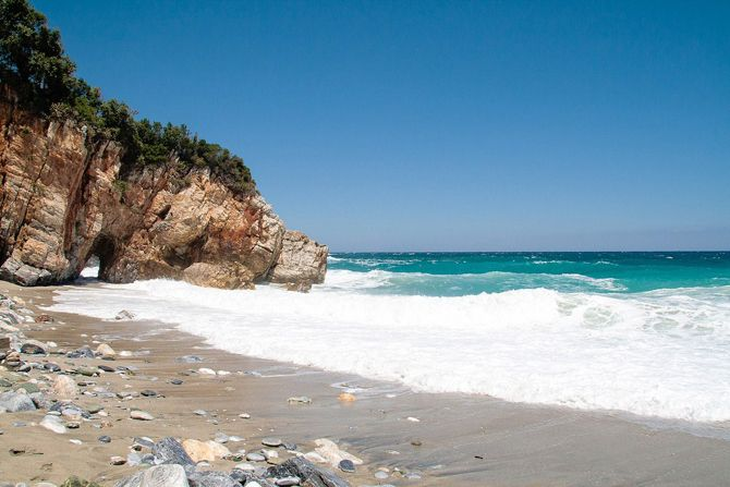 On the side of the Aegean Sea, the most famous beach is Milopotamos. It is a beach with clear blue waters and a golden sandy beach - Copyright © wondergreece.gr