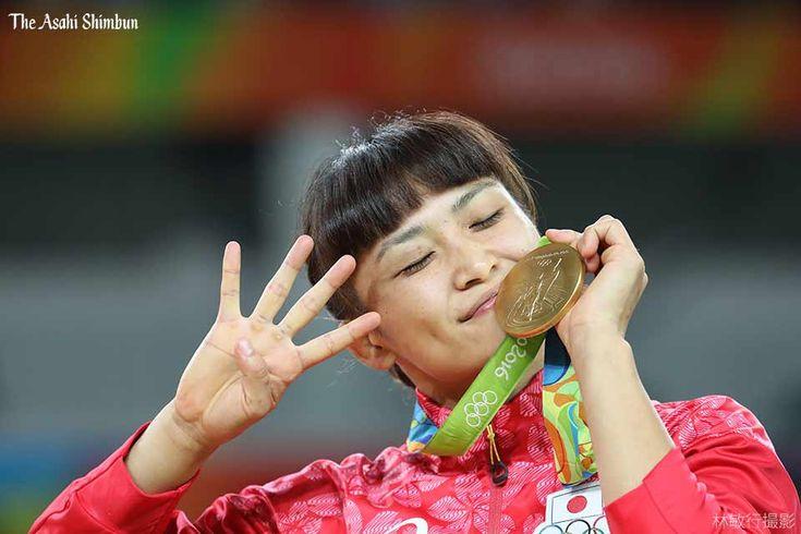 レスリング女子58キロ級で優勝して、金メダルに口づけする伊調馨選手です。右手で四連覇の喜びを表しました。(啓)#レスリング #Gold   #JPN  #Rio2016 #リオ五輪