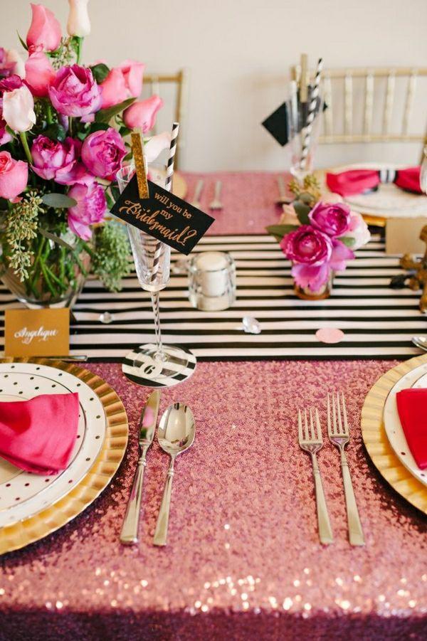 nappe de table colorée, fleurs pour la table de couleur rose, chaises en bois