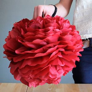 Aprende a hacer pompones de papel de seda para decorar cualquier rincón de la casa. Descubre esta nueva manualidad con la que poder aprender a hacer pompones de papel de seda de...