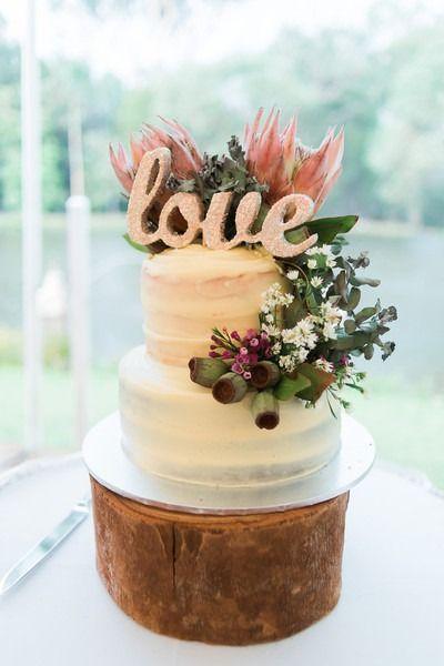 cool Pièce montée 2017 - Gâteau de mariage blanc - Gâteau de mariage blanc à deux niveaux avec verdure + amour ca ...