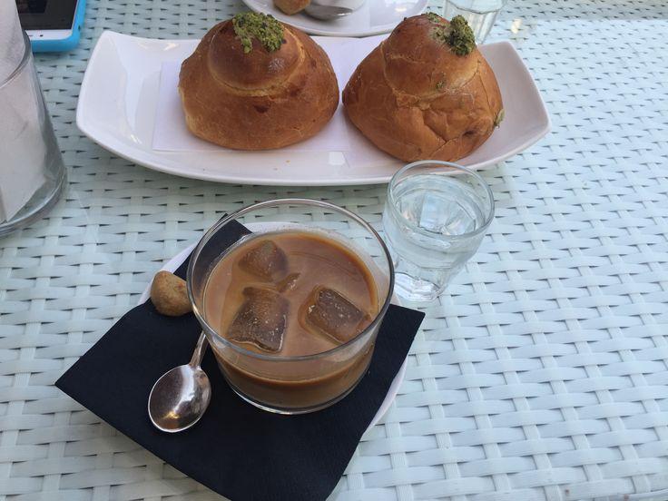 Caffè con latte di mandorla e ghiaccio, iris al pistacchio. Tipica colazione pugliese