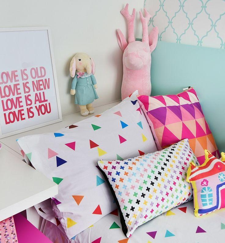 @amomooui em quartinho @mimootoysndolls.  Quarto projetado para 2 irmãs, apostando nas cores pink e verde água.  Cabana, brinquedos e outros itens decorativos da @mimootoysndolls.  A MOOUI deu o toque final ao ambiente com lençóis TRI ROSA e TRI BRANCO, fronhas, almofadas e com o VARAL DE CORAÇÕES na escrivaninha.  Produção @mixconteudo #candycolors #decoration #girlsroom #quartodemenina #home #quartodebebe  #modern #beautiful #pink #archilovers #bedroom #decor #details #inspiration…