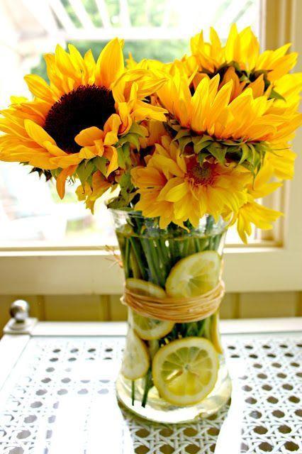 Girassóis. http://www.boredart.com/2016/12/learn-how-to-pair-flower-vases-for-the-best-results.html