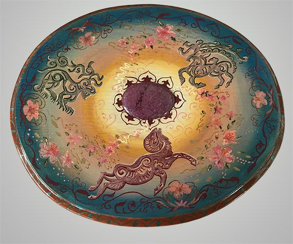 """Интересное яркое панно на стену """"Весенний круговорот"""" может стать отличным дополнением любого интерьера. Панно символизирует пробуждение жизни после зимы, расцвет новых идей и стремлений. Розовые цветы маральника и мистические животные как будто вращаются вокруг самоцвета стихтита в центре композиции. Стихтит - камень дружбы, объединения и взаимопонимания. Обладает мощной энергетикой и силой. #сувенирыгорногоалтая #весеннийкруговорот #паннонастену #авторскаяработа #панносостихтитом…"""
