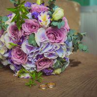 Сиренево-розовый букет невесты из гортензий, роз и эустом