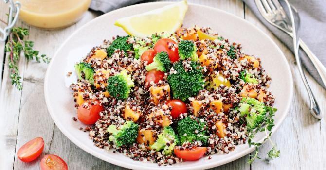 Recette de Salade végétalienne de quinoa au brocoli, patates douces et tomates. Facile et rapide à réaliser, goûteuse et diététique.