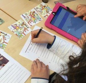 Eleverna skriver med stöd av modersmålet och översättningsresurs.