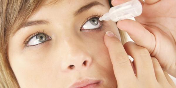 Eine Bindehautentzündung lässt sich gut mit Tropfen behandeln   Sie brennen, sind gerötet und schmerzen – in der Regel ist eine Infektion mit Bakterien oder Viren schuld daran. Durch eine schnelle Behandlung können Folgeschäden an den Augen vermieden werden.  Fast jeder war schon einmal von ihr betroffen: Die Bindehautentzündung (Konjunktivitis) ist die häufigste Augenkrankheit in Deutschland. In den meisten Fällen wird sie durch eine Bakterien-Infektion ausgelöst, aber auch Viren, Pilze…