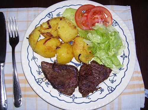 Steak de res con papas rostizadas y ensalada verde