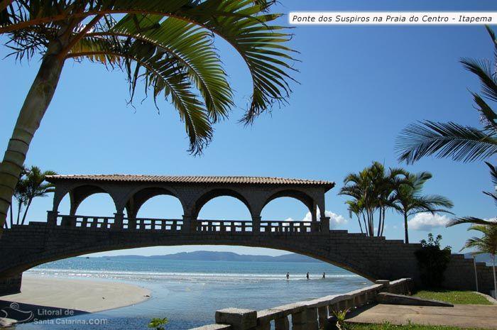 Ponte dos suspiros em Itapema e a fundo a praia de itapema.