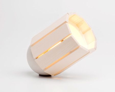 Gimmii Magazine | De Baby Barrel tafellamp van Nieuw Duivendrecht is het kleine broertje van de Barrel die op zijn beurt is geïnspireerd op de zoeklichten uit de eerste wereldoorlog. Prijs €175,-