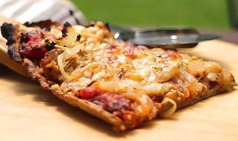 """Wunderbar dünner Low Carb Pizzateig aus Mandel-, Goldleinmehl und Flohsamenschalen. Die Menge ergibt ein Backblech. Leckere Low Carb Pizza """"Tonno e Cipolla""""."""
