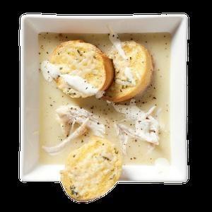 Ingredience: olej olivový 3 lžíce, cibule 1 kus, česnek 2 stroužky, sůl, vývar kuřecí 4 hrnky, brambory 1 kus, sýr Parmezán (větší kousek kůrky), pepř černý (mletý), kuřecí maso 450 gramů (prsa), salát římský 2 kusy (jen srdíčka), smetana na šlehání 1/2 hrnku, majonéza 1/4 hrnku, sýr Parmezán 1/4 hrnku (nastrouhaný + trochu na posypání ), citron 1 kus (šťáva a jemně nastrouhaná kůra), ančovičky 3 kusy (filety), chilli omáčka (několik kapek), česnek 2 stroužky, pepř černý (mletý...
