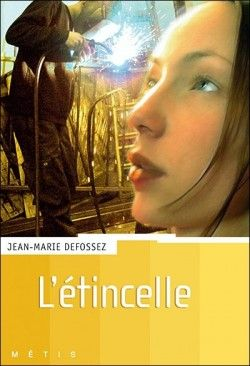 """""""L'étincelle"""" de Jean-Marie Defossez - """"Emmanuel s'ennuie dans un lycée technique à Bruxelles. Chaque soir, il aperçoit une jeune fille qui attend avec un casque de moto. Emmanuel en devient secrètement amoureux. Entre eux deux, Emmanuel et Sabine, c'est l'étincelle. Les deux adolescents, lui le manuel, elle l'intellectuelle, vont apprendre à se connaître."""" (Ricochet)"""