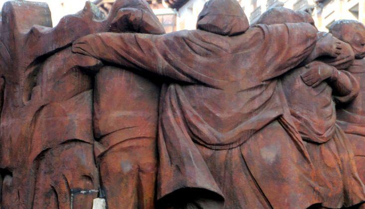 El Abrazo de Juan Genovés realizado en el año 2003 homenajea a los abogados  asesinados el 24 de enero de 1977 por un grupo ultraderechista en su despacho de la calle Atocha.