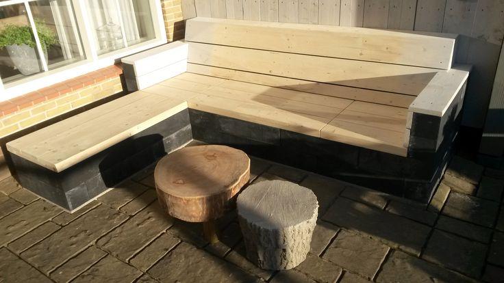Bank van beton met hout gemaakt onder de veranda