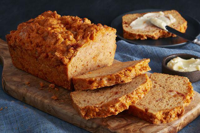 Le fromage Habanero piquant râpé<i>Cracker Barrel</i> ajoute du mordant à ce pain au fromage à la mode du Sud-Ouest.