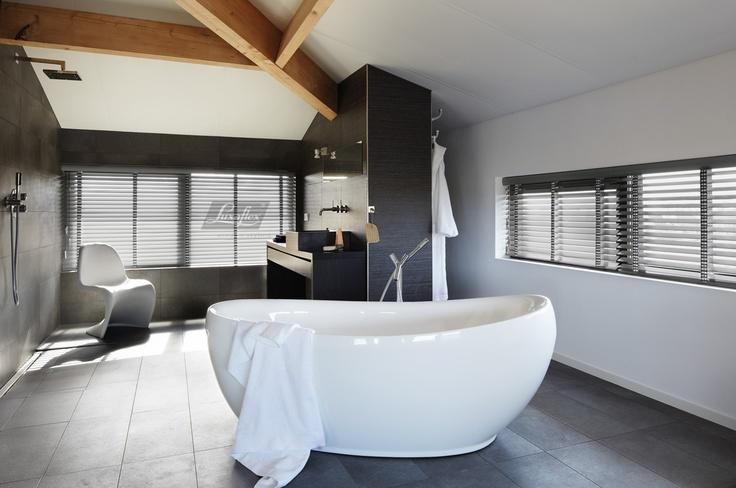 Badkamer. Ga voor de Basics Houten Jaloezieen. Speciaal gemaakt voor badkamers en keukens. Het materiaal heeft de uitstraling van hout en voelt ook aan als hout.