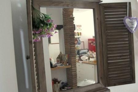 Se in casa abbiamo un ambiente poco illuminato, come può esserlo un corridoio, o soltanto una zona di una stanza, un'ottima idea può essere quella di realizzare una finestra a specchio. Proprio così, realizzare una finta finestra dove, al posto dei vetri, metteremo uno specchio. In questo modo la luce si rifletterà nella stanza e contemporaneamente creeremo un complemento d'arredo molto particolare. Ma vediamo passo passo come realizzarla.
