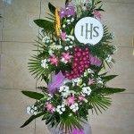 kompozycje kwiatowe, florystyka, kompozycje, kwiaty, margaretki, lilie, kompozycje na ołtarz, kompozycje kwiatowe w kościele, wystrój komunijny, pierwsza komunia święta, hostia, winogrono, kłosy