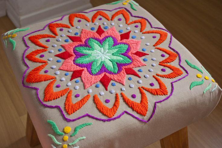 Banco de madera, tapizado con mandala bordado a mano. Tiene relleno acolchonado…