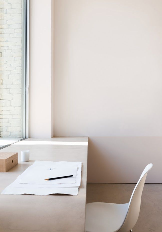 As minimal as a workspace can get. I like the Zen of this space. I could do some great dreaming here.