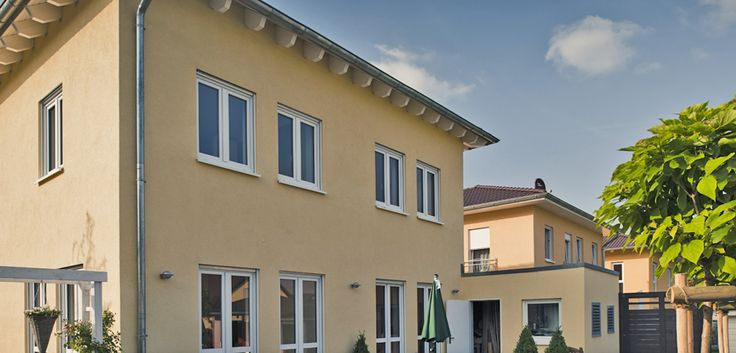 Drei von sieben Häusern eines mediterranen Gestaltungsteils. Dachform und Farbtendenz wurden vereinbart – den Rest machten die Bauherren selbst. © C. Pforr