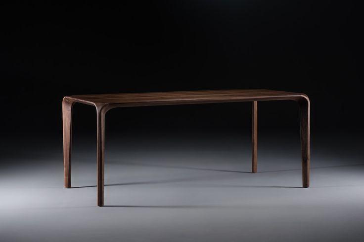 Door de geraffineerde vormgeving van de Flow tafel lijken de organische rondingen met elkaar te versmelten. De zachte, afgeronde randen zijn niet alleen een streling voor het oog maar nodigen ook uit om gestreeldte worden! De Flow tafel is een staaltje van natuurlijk minimalisme.