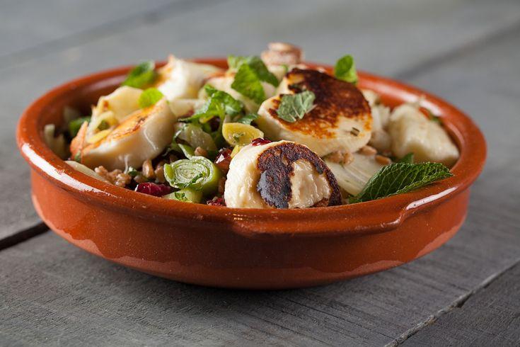 Salade d'épeautre au poireau, canneberges et halloumi grillé