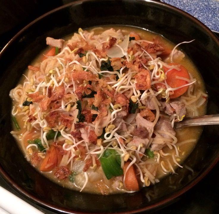 Soupe chinoise multi légumes, porc, oignons frits, coriandre, graines germées maison (fenugrec).. Délice !