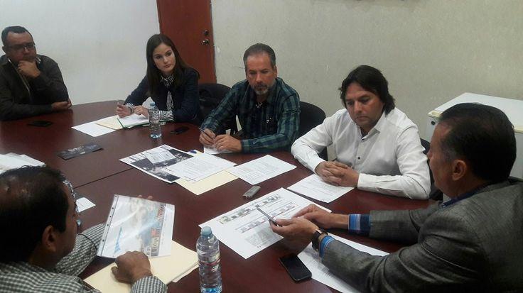 El titular de la Sedetum, Sergio Adem, y el alcalde de Jiquilpan, José Covarrubias, sostienen una reunión para abordar temas de movilidad y desarrollo urbano de este Pueblo Mágico – ...