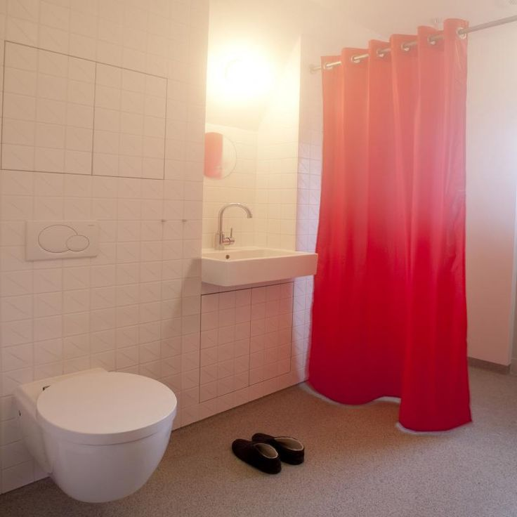 Betegelde badkamer met witte retro-tegel van de ontwerper Kho Lang Li. Foto: Desire Peter Paul Weststrate