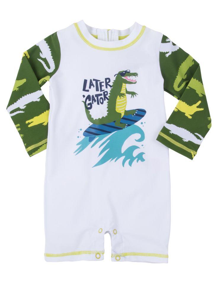 Wit met groene jongens Rash Guard van het kinderkleding merk Hatley, voorzien van Lange mouwen en korte benen. Deze zwemkleding of strandkleding beschermd uw kind tegen de felle zon. deze zwemkledij heeft een print van een krokodil op een surfplank met bijhorende tekst : later gator.