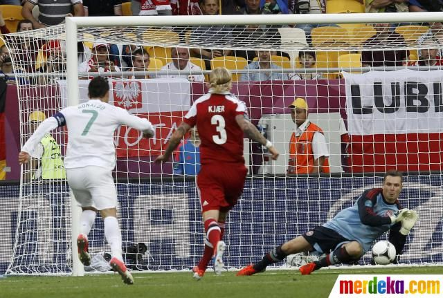 Kiper Denmark, Stephan Andersen (kanan) melakukan penyelamatan gemilang dari tendangan Cristiano Ronaldo di babak kedua.