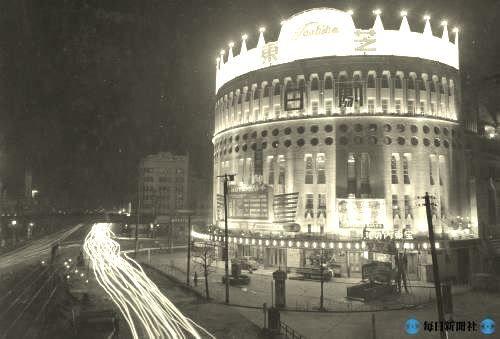 """日劇(1958)、戦前から約半世紀にわたって日本のショービジネスを支えた""""娯楽の殿堂""""。昭和30年代はロカビリーブームでウエスタンカーニバルは大盛況となった。"""