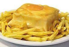 Café Santiago - Francesinha - Porto///A sanduíche Francesinha é um prato típico da cidade do Porto, baseado numa tosta francesa, supostamente recriado por um cozinheiro emigrante retornado de França.