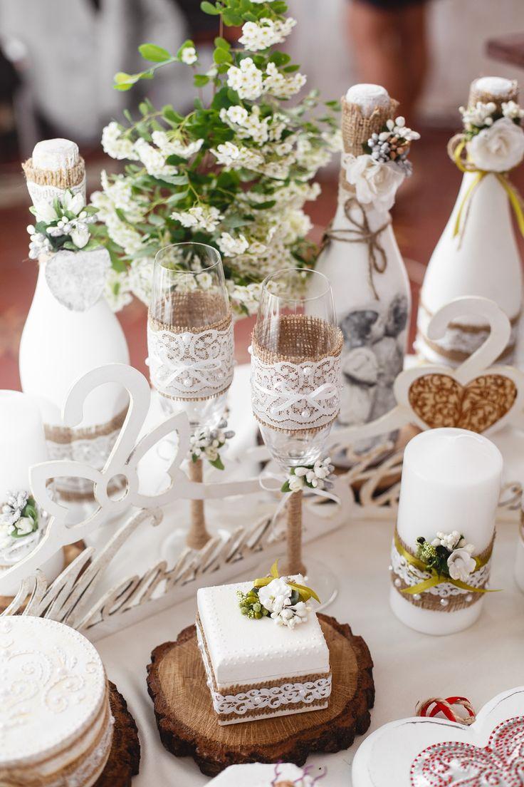 Dekoracje komunijne na stół, fot. Shutterstock #wazony #kwiaty #świeczki #dekoracje #białe dekorowanie #ozdabianie #stołowe #domowe #przyjęcie #rodzinna #impreza #świętowanie #święta #komunia #kościelne #dekoracje