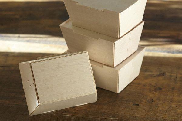 """Box to Go Madera Reciclada. Paquete con 4 piezas. Diseño exclusivo con tapa de ranura-bloqueo, redefine la experiencia en comida para llevar. Tamaño 6x8""""."""