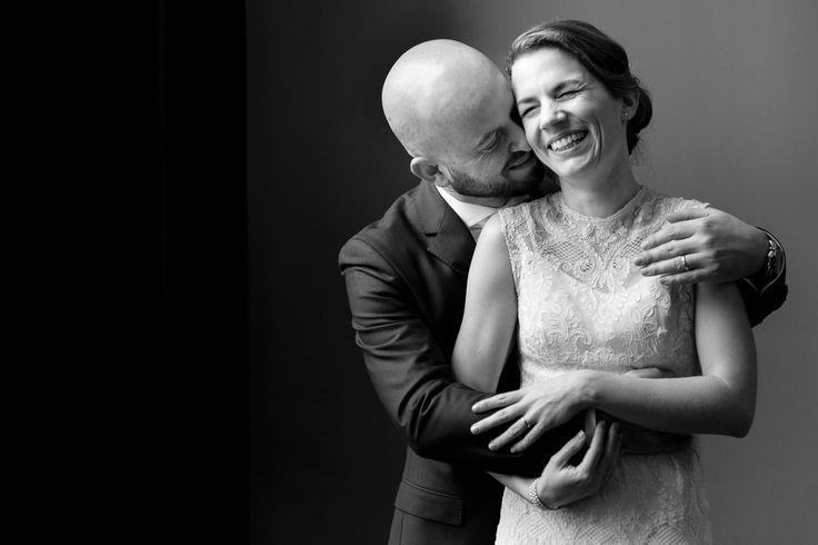 Bruidsfotografie Arnhem, prachtig moment in de trouwzaal. Vlak na het jawoord deden we een korte fotoshoot binnen, omdat het buiten regende.