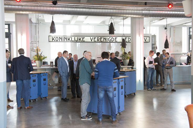 Kafé Van Leer is op Leerfabriek KVL het hart van de creativiTIJD. Een ontmoetingsplek die het werken en het tijdsverdrijf met elkaar verbindt. Een plek voor een goede koffie, een inspirerend gesprek, een eerlijke simpele lunch, het organiseren van een onconventioneel evenement of het bezoeken van de expositie 'De Erfgoedfabriek presenteert'. Fotografie: Sandra Hoekstra