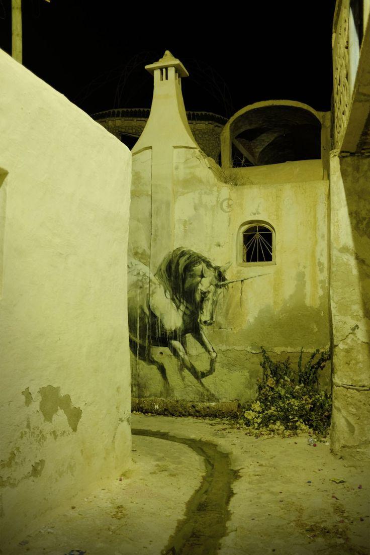 C'è anche Faith47 tra gli artisti coinvolti nel bel Djerbahood Project, l'artista con base a Cape Town ha infatti avuto modo di dipingere questo nuovo ed evocativo lavoro all'interno del tessuto cittadino del villaggio di Erriadh all'interno dell'Isola di Djerba, fulcro del progetto.