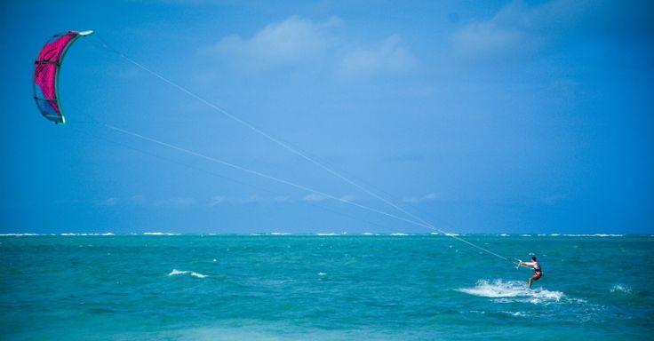 O mar turquesa de Maragogi, estado de Alagoas, Brasil. Na maré baixa, é possível fazer longas caminhadas até os recifes imersos em uma paisagem de azul infinito, que integra a segunda maior costa de corais do mundo.  Fotografia: Fernando Angeoletto / UOL.
