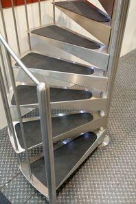 Escalera de caracol con materiales antideslizantes en los peldaños