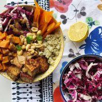Bol Bouddha tofu, patate douce, quinoa et sauce aux arachides