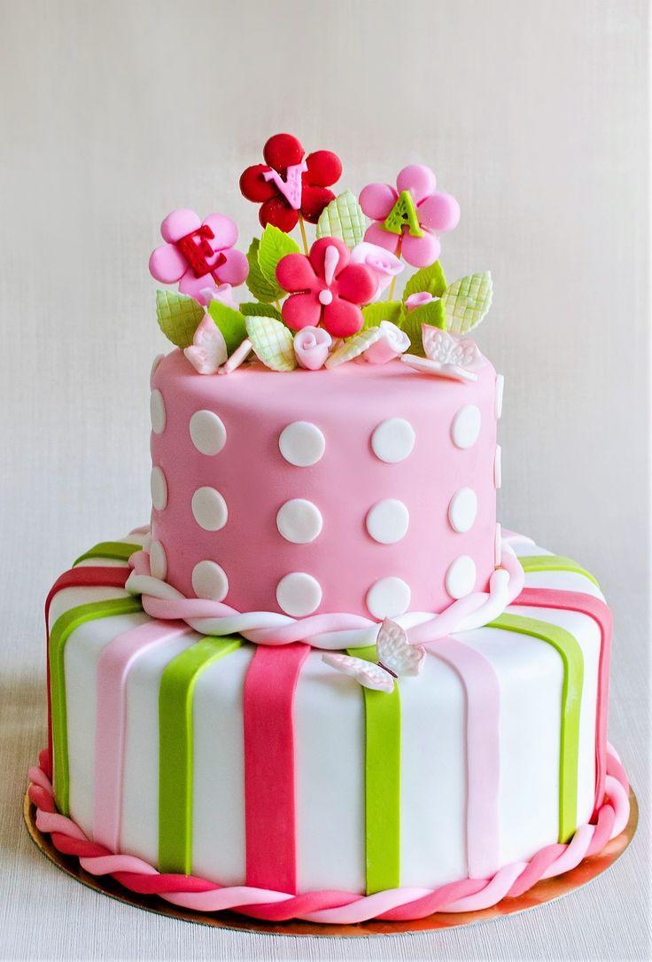 Eva, o fetita care a fost botezata de parintii ei, a avut parte de un tort aniversar decorat cu flori, dungi si fluturi colorati vesel. Tu cum ai dori sa decoram tortul pentru botezul bebelusului tau? Pret: 550 lei (5.5 kg)