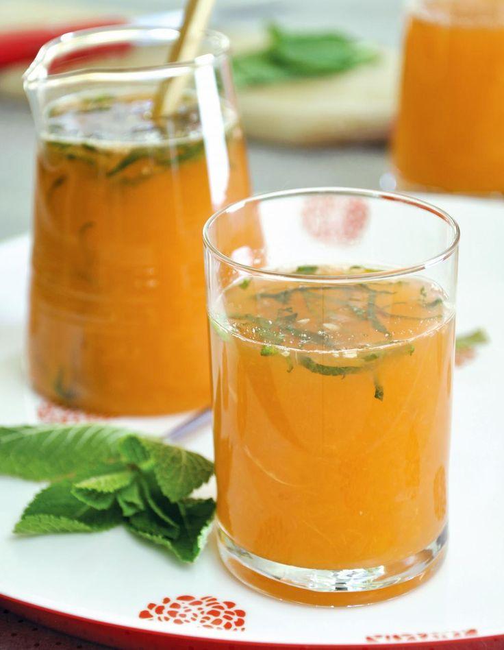 Recette Cocktail tonique aux agrumes, au miel et à la menthe  : Ouvrez tous les fruits en deux. Pressez-les au presse-agrumes.Mélangez tous les jus de fruits dans un grand broc puis ajoutez le miel.Mélangez bien avec une grande cuillère (ou une baguette chinoise).Découpez finement les feuilles ...