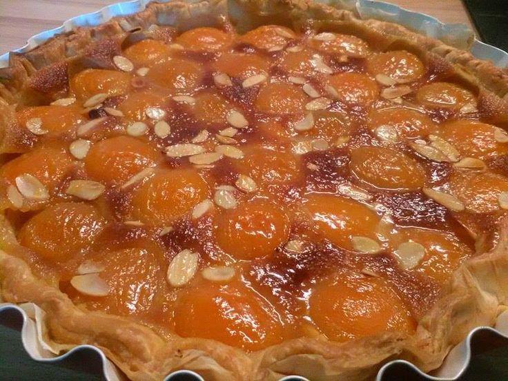 Ingrédients: -1 pâte au choix: brisée, sablée ou feuilletée ( ici une feuilletée ) - 1 boite d'abricot au sirop ( ou autre fruits, pommes par ex) - 60 gr de sucre vergeoise brune ( j'en avais pas donc j'ai mis de la cassonade ) - 70 gr de beurre - 1 oeuf...
